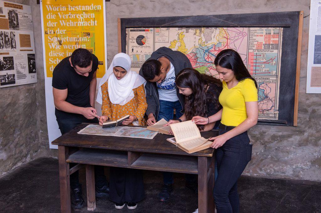 SchülerInnen sehen sich die Ausstellung an