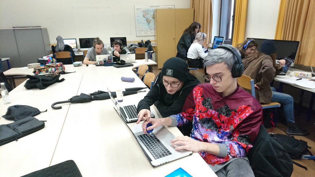 SchülerInnen bei der Klanginstallation