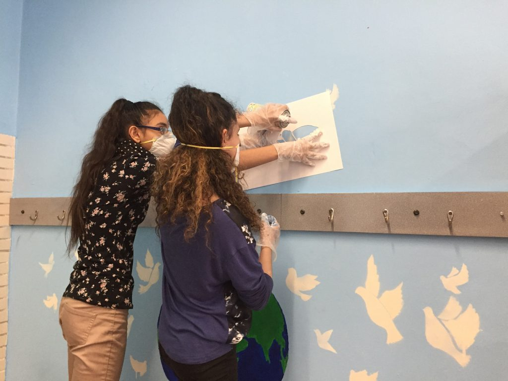 Schülerinnen malen Klasse aus