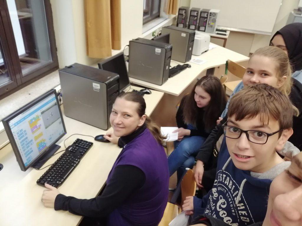 SchülerInnen mit Lehrerin am Computer