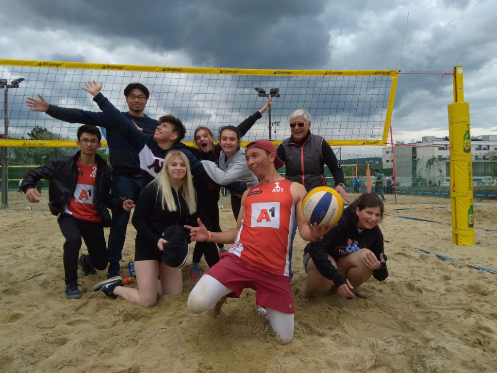 SchülerInnen auf dem Volleyballfeld