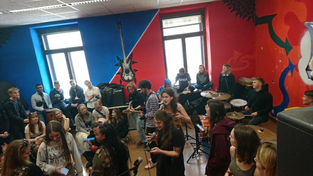 Schülerinnen beim Musizieren