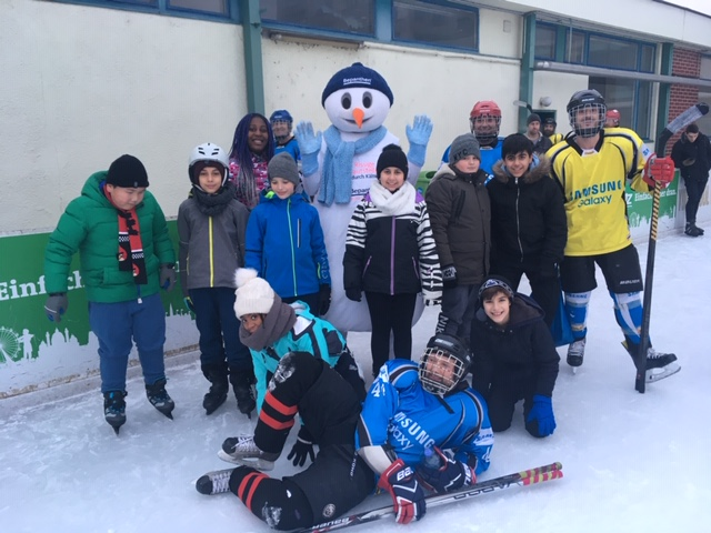 Gruppenfoto beim Eislaufen