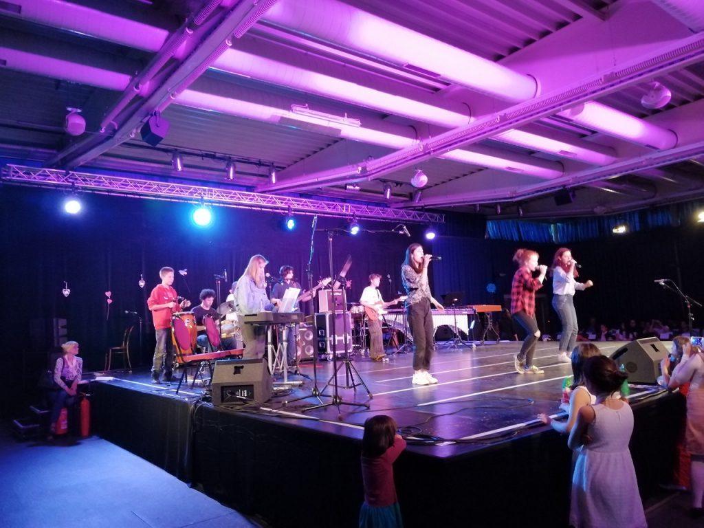 SchülerInnen beim Performen auf der Bühne