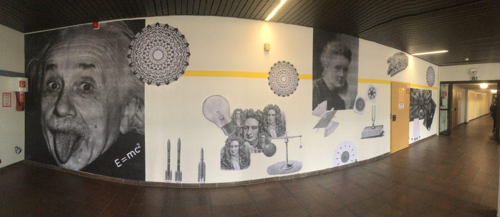 Einstein; Raumschiffe und Formel auf Wand