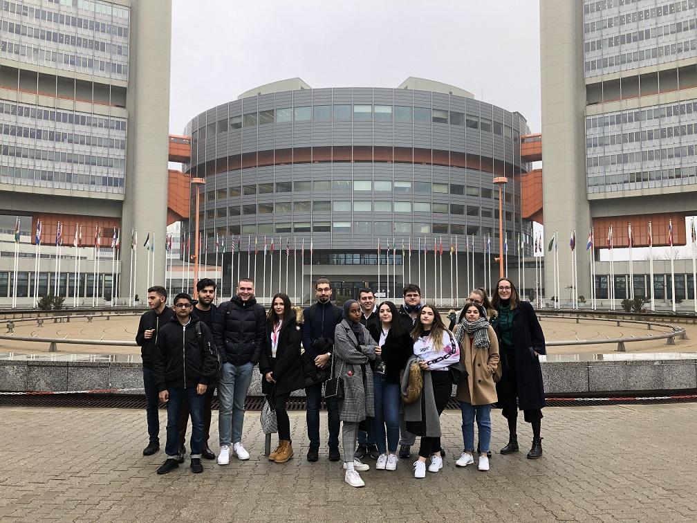 Schüler vor dem Vienna International Centre